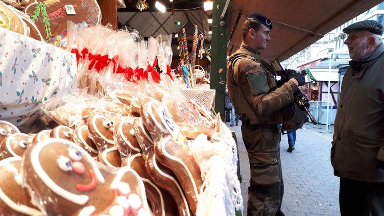 Après l'attentat du 11 décembre, des militaires assurent la sécurité sur le marché de Noël, place Broglie, à Strasbourg. (BENJAMIN ILLY / FRANCE-INFO)