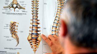 Si votre dos vous fait souffrir, posez vos questions. (MAXPPP)