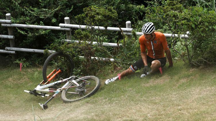 """Mathieu van der Poel au sol après un """"soleil"""" sur la course VTT des Jeux olympiques de Tokyo, le 26 juillet 2021. (THIBAULT CAMUS / AP)"""