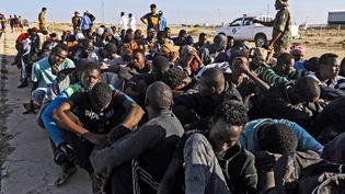 Un groupe de migrants interceptés par les garde-côtes libyens au large de la ville de Khom, à 120 km à l'est de Tripoli, le 1er octobre 2019. (MAHMUD TURKIA / AFP)