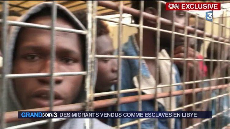 Des migrants vendus comme esclaves en Libye (extrait du reportage de CNN) (France 3)