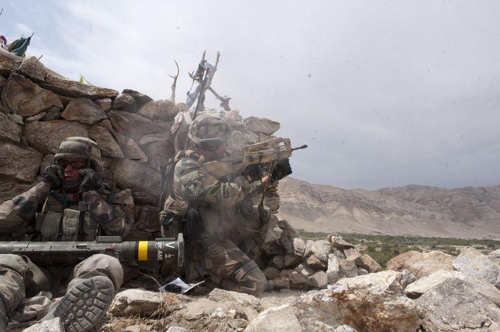 En Afghanistan, en septembre 2010, des fantassins du 35e Régiment d'Infanterie combattent des talibans retranchés dans un compound. (ADC JEAN-RAPHAËL DRAHI / Armée de terre)