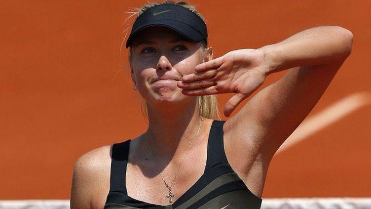 Maria Sharapova salue le public après sa victoire du premier tour