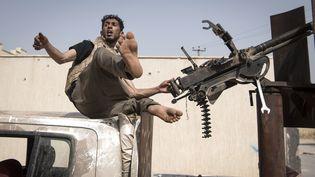 Des combattants fidèles au gouvernement d'accord national (GNA) de Fayez al-Sarraj, reconnu internationalement, se mettent en position lors d'affrontements avec les forces fidèles à l'homme fort de l'Est, Khalifa Haftar, à Ain Zara dans la banlieue sud de Tripoli, le 25 avril 2019. (FADEL SENNA / AFP)