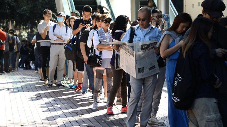 Des citoyens hongkongais font la queue pour l'élection des membres des conseils de districts, le 24 novembre 2019. (EYEPRESS NEWS / AFP)
