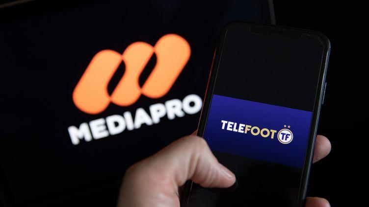 Les logos de Mediapro et de la nouvelle chaîne Téléfoot. (ARNAUD JOURNOIS / MAXPPP)