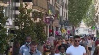 Face aux difficultés dues à la crise du coronavirus, la ville de Narbonne (Aude) a eu une idée originale: proposer, via une application, un remboursement de 30% des achats. Les acheteurs sont ainsi incités à retourner dans les commerces du centre-ville. (France 2)