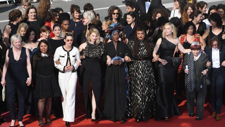 Quatre-vingt-deux femmes du monde du cinéma montent les marches du palais des Festivals, à Cannes (Alpes-Maritimes), le 12 mai 2018. (ANTONIN THUILLIER / AFP)