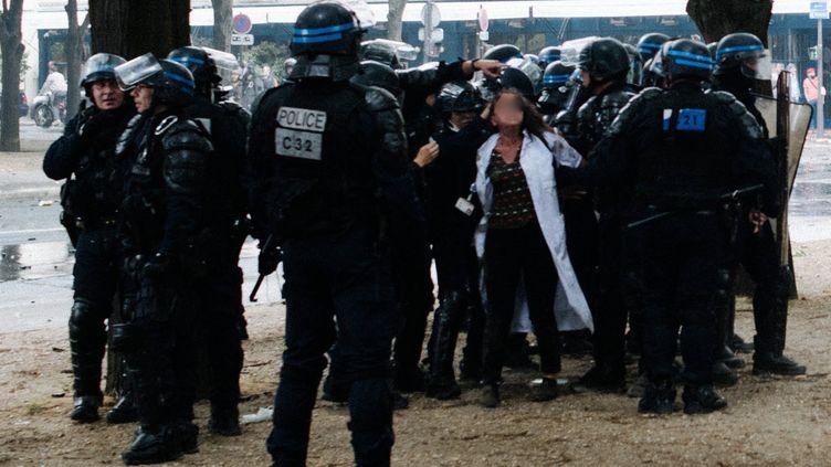 Lors de la manifestation du personnel soignant à Paris le 16 juin 2020, une infirmiere a été interpellée pour outrage et jet de projectiles sur les forces de l'ordre. (JAN SCHMIDT-WHITLEY/LE PICTORIUM / MAXPPP)