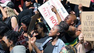 Depuis plusieurs années, les Sud-Africaines prennent leur courage à deux mains pour manifester contre les violences, viols et meurtres dont elles sont victimes dans leur foyer (ici, à Johannesburg, le 13 septembre 2019). (MARIUS BOSCH / REUTERS)