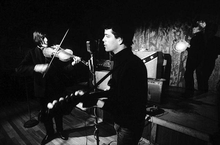 Le Velvet Underground au Café Bizarre en 1965 avec, au premier plan, John Cale au violon et Lou Reed au micro.  (Adam Ritchie)
