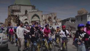 En Irak, pour les femmes, faire du vélo reste mal vu en raison de tabous conservateurs. Pour lutter contre ces préjugés, des femmes ont décidé de participerau premier marathon féminin à vélo du pays, dans la deuxième ville d'Irak, à Mossoul. (Capture d'écran Franceinfo)