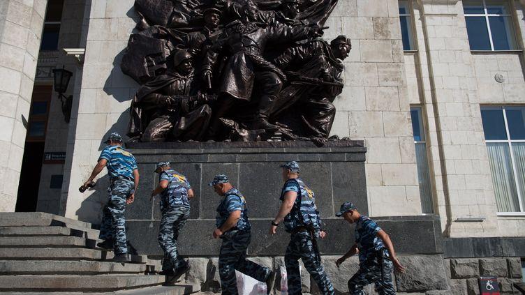 Des officiers de sécurité russes en gare de Volgograd, le 18 juin 2018. (NICOLAS ASFOURI / AFP)
