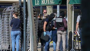 Des officiers de police à Romans-sur-Isère, après l'attaque au couteau qui y a fait deux morts, le 4 avril 2020. (NICOLAS GUYONNET / HANS LUCAS)