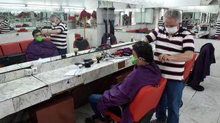 Salon de coiffure à Alger, le 7 juin 2020. (RYAD KRAMDI / AFP)