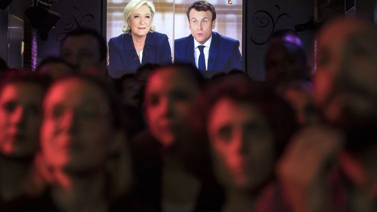 Des partisans du mouvement En marche ! regardent le débat de l'entre-deux-tours entre Emmanuel Macron et Marine Le Pen, le 3 mai 2017 à Paris. (MAXPPP)