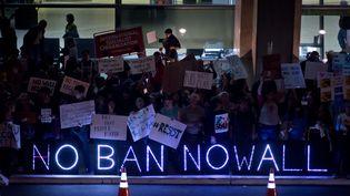 Des manifestants protestent contre le décret anti-immigration de Donald Trump, le 29 janvier 2017, à l'aéroport de San Diego (Californie). (FRANK DUENZL / PICTURE ALLIANCE / AFP)