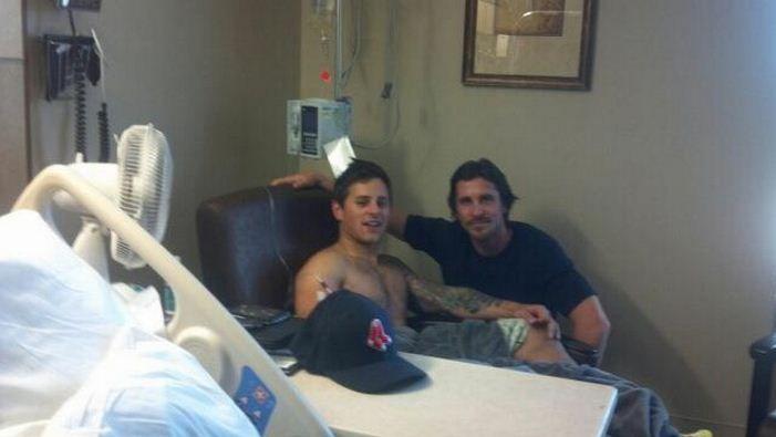 Une photo postée sur Twitter le 24 juillet montre l'acteur Christian Baleà l'hôpital, auprès d'une victime de la tuerie d'Aurora (Colorado). (FTVI)