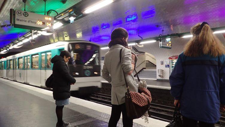 Les quais de la ligne 12 du métro parisien à la station Montparnasse, le 30 novembre 2016. (MAXPPP)