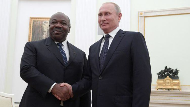 Le président russe, Vladimir Poutine, serre la main du président gabonais, Ali Bongo Ondimba, lors de leur rencontre au Kremlin à Moscou le 15 juillet 2018. (Alexei Druzhinin/Sputnik/AFP)