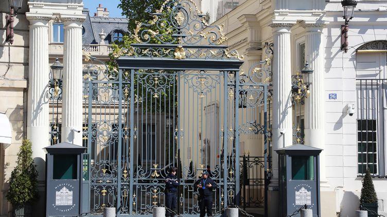 Des policiers devant le ministère de l'Intérieur, place Beauvau, à Paris, le 1er avril 2020. (LUDOVIC MARIN / AFP)