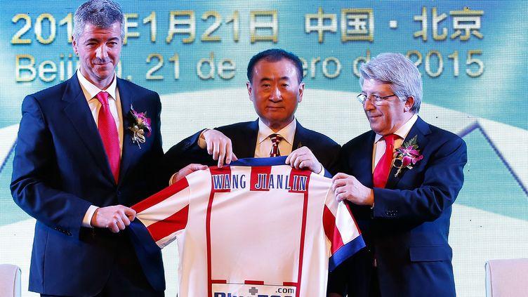 Wang Jianlin pose avec le maillot de l'Atlético (WANG LILI / XINHUA)