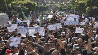 Une nouvelle manifestation, le 1er mars 2019, a rassemblé des dizaines de milliers de personnes à Alger. (RYAD KRAMDI / AFP)