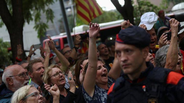 Des manifestants attendent la libération d'officiels catalans arrêtés par les autorités gouvernementales, à Barcelone, le 22 septembre 2017. (SUSANA VERA / REUTERS)
