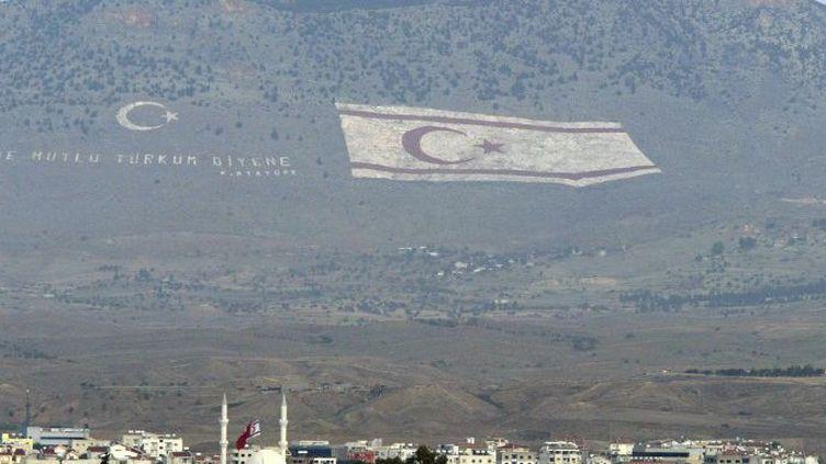 Un drapeau chypriote turc géant a été peint sur la montagne dominant la partie turque de Nicosie en 2003.