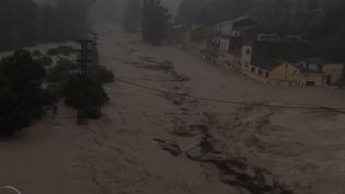 De fortes rafales de vent, des pluies torrentielles et des inondations. La région du sud-est de l'Espagne se trouve touchée par ces violentes intempéries. Le dernier bilan fait état de six morts. (France 2)