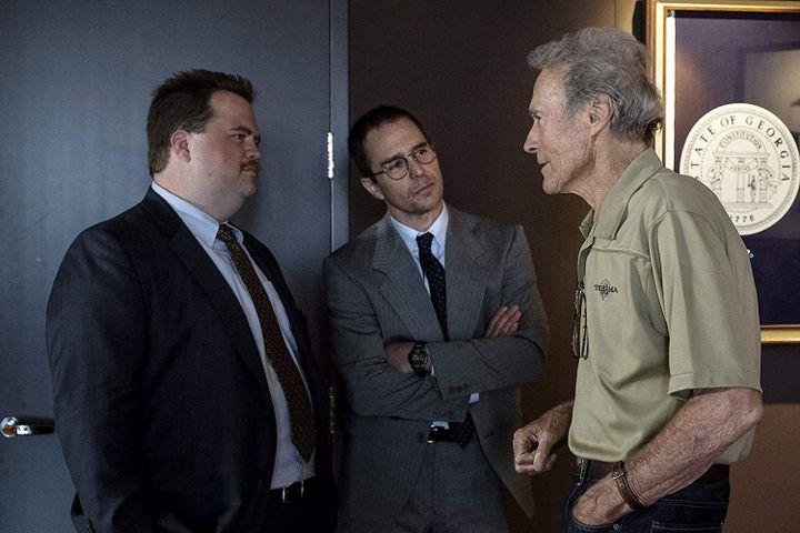 "Paul Walter Hauser, Sam Rockwell etClint Eastwood sur le tournage de ""Le Cas Richard Jewell"". (Copyright Claire Folger / Warner Bros.)"