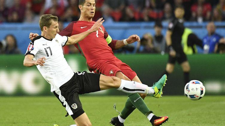 Critiano Ronaldo au duel avec l'Autrichien Florian Klein (LIONEL BONAVENTURE / AFP)