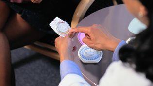 L'Agence nationale de sécurité du médicament a annoncé le 1er janvier 2013 envisagerde limiter la prescription des pilules de 3e et 4e génération à certains spécialistes. (KEITH BROFSKY / PHOTODISC / GETTY IMAGES)