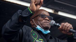 L'ancien président sud-africain Jacob Zuma s'adresse à ses partisans à Nkanda, en Afrique du Sud, le 4 juillet 2021. Englué dans les scandales de corruption, il vient de se constituer prisonnier. (EMMANUEL CROSET / AFP)