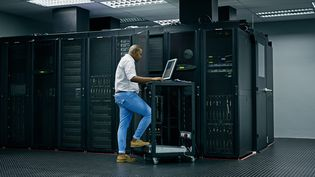 Un technicien dans un data center. Illustration (GETTY IMAGES)