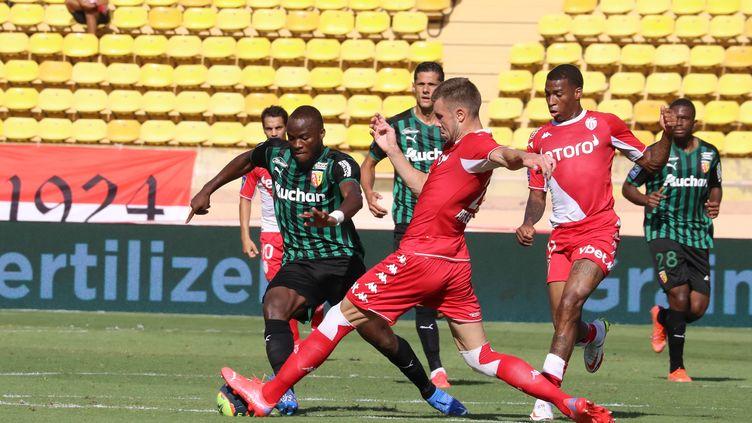 Lens (en vert) s'est imposé sur le score de 2-0 face à Monaco dans le cadrede la 3e journée de Ligue 1. (VALERY HACHE / AFP)