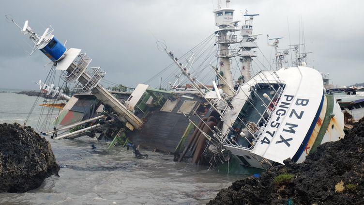 Un bateau de pêche échoué après le passage du typhon Meranti, à Taiwan, le 15 septembre 2016. (SAM YEH / AFP)