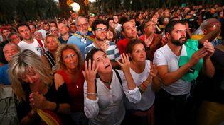 Une Catalane réagit au discours du président de la région autonome, Carles Puigdemont, le 10 octobre 2017 à Barcelone (Espagne). (IVAN ALVARADO / REUTERS)