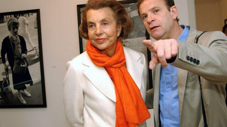 François-Marie Banier et Liliane Bettencourt lors d'une exposition du travail du photographe en Allemagne, en 2004. (HORST OSSINGER / AFP)