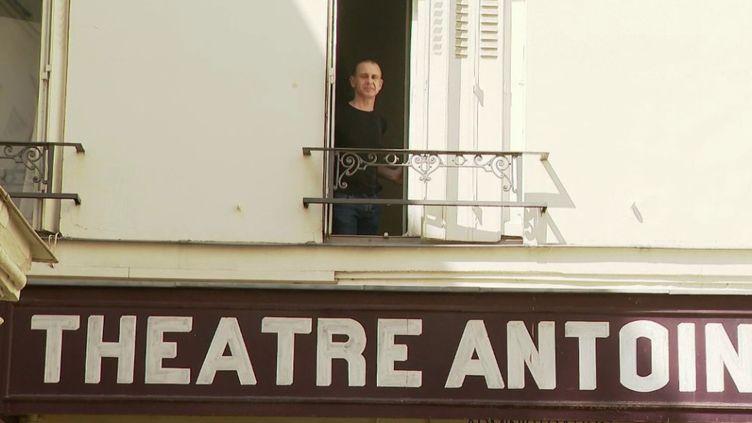 Quand pourrons-nous retrouver les salles de spectacle, les concerts, le cinéma, le théâtre ? En attendant de le savoir, une équipe de France 2 est partie à la rencontre d'un régisseur, confiné seul depuis plus la mi-mars au théâtre Antoine, à Paris. (FRANCE 2)