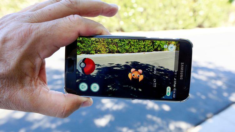 """L'application """"Pokémon Go""""est une déclinaison du célèbre jeu vidéo dans le monde réel. (SAM MIRCOVICH / REUTERS)"""
