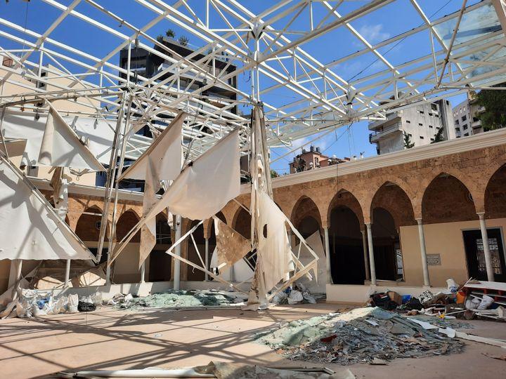 Dans l'école des trois docteurs, la plus vieille de Beyrouth, une verrière en ruine est sécurisée par l'armée française et l'armée libanaise. (Aurélien Colly / RADIOFRANCE)
