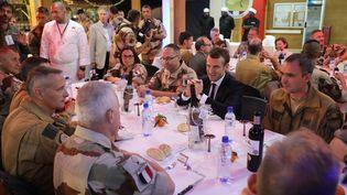 Emmanuel Macron, à table avec des militaires de l'opération Barkhane, à Niamey (Niger), le 22 décembre 2017. (LUDOVIC MARIN / AFP)