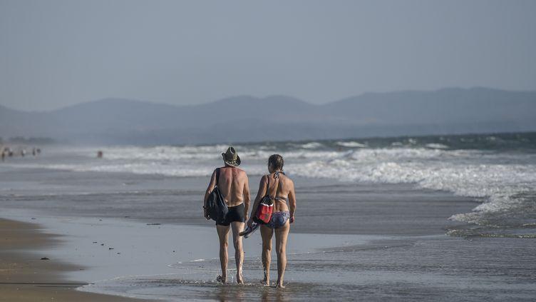 Des touristes sur une plage de Goa en Inde, le 13 mars 2020. (PUNIT PARANJPE / AFP)