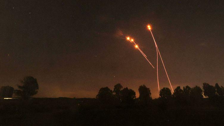 Une photo pris depuis Sderot, dans le sud d'Israël, à la frontière avec la bande de Gaza, montre des roquettes tirées par le système de défense antimissile israélien Iron Dome, le 13 mai 2021. (EMMANUEL DUNAND / AFP)