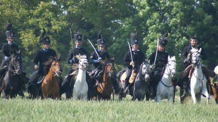 Michaël Sadde (tout à droite)charge à cheval avec d'autres membres de son association de reconstitution. Ils portent latenue des hussards noirs de Brunswick. (MICHAËL SADDE )