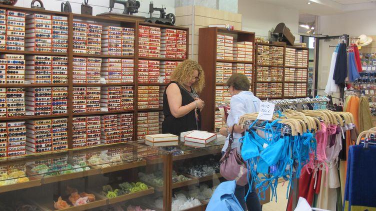 La mercerie deTassoulia Kaliviotis, dans le centre d'Athènes (Grèce), le 6 juillet 2015. (ELISE LAMBERT / FRANCETV INFO )