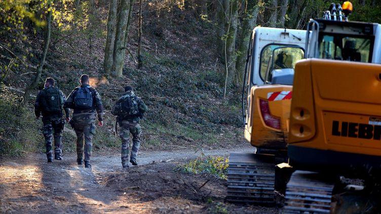 Des gendarmes entament des recherches du corps d'Estelle Mouzin, le 26 avril 2021 àIssancourt-et-Rumel (Ardennes). (FRANCOIS NASCIMBENI / AFP)