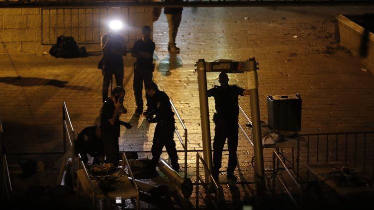 Les forces de sécurité israéliennes retirent des portiques de sécurité, le 25 juillet 2017, devant une entrée de l'esplanade des Mosquées, à Jérusalem. (AHMAD GHARABLI / AFP)