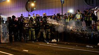 Le 21 juillet encore, la police tire des gaz lacrymogènes pour disperser les manifestants.Des protestataires ont jeté des oeufs et inscrit des graffitis sur la façade du bureau de liaison du gouvernement chinois à Hong Kong, à l'issue d'une nouvelle manifestation monstre dimanche dans le territoire semi-autonome. Les organisateurs ont fait état de 430.000 personnes ayant participé à la manifestation de ce dimanche. (ANTHONY WALLACE / AFP)